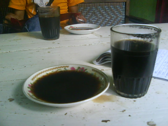 minum kopi tradisional